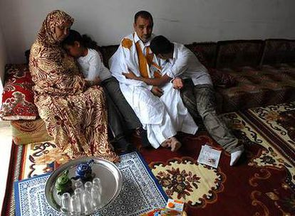 Los padres de Selamha, Mohamed Ould Abdallahi y Hawa Mint Cheikha, y sus hermanos, en su domicilio en Puerto Real.