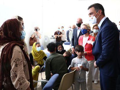 Pedro Sánchez (a la derecha), presidente del Gobierno, conversa con varias mujeres afganas evacuadas de Kabul, acompañado de la presidenta de la Comisión Europea, Ursula von der Leyen (segunda por la derecha), y el presidente del Consejo Europeo, Charles Michel (tercero por la izquierda).