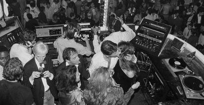 Andy Warhol, Steve Rubell, Calvin Klein y Brooke Shields (besándose), en el Studio 54.
