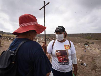 Familiares de desaparecidos, durante una búsqueda de fosas en Veracruz en marzo.