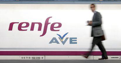 Un pasajero se dispone a subir a un tren AVE