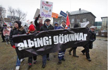 Un grupo de islandeses se manifiesta en contra de pagar las deudas bancarias al Reino Unido y Holanda en 2010.
