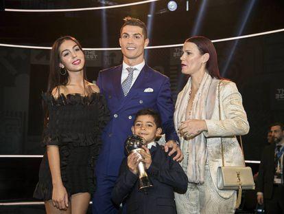 Georgina Rodríguez junto a la familia de su novio Cristiano Ronaldo durante la gala 'The Best', el pasado lunes.