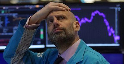 Meric Greenbaum, administrador de mercado, mira las pantallas de valores minutos antes de la apertura de la sesión en EE UU, donde Wall Street se desplomó un 7% en la apertura.