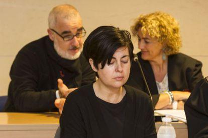 Rosario Porto en primer plano en el juicio; y su marido, Alfoso Basterra, detrás con su abogada.