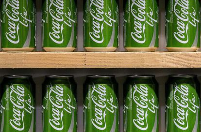 Latas de la edición Coca-Cola Life, en la estación de Rotterdam (Holanda)