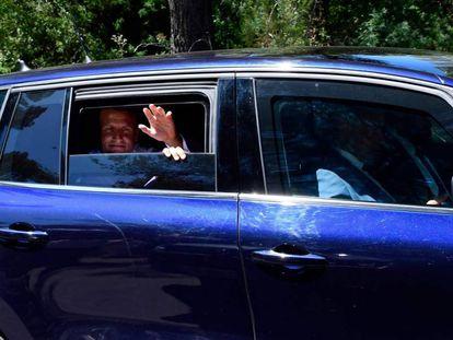 El presidente francés, Emmanuel Macron, abandona este miércoles la localidad Saint-Raphaël, en la Provenza.