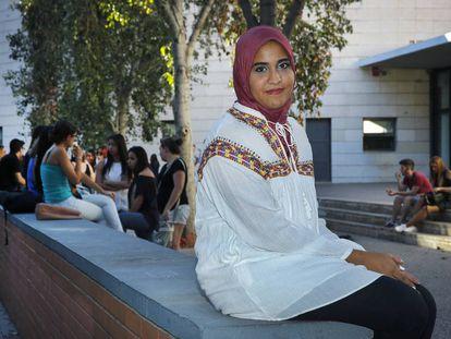Takwa Rejeb frente al instituto Benlliure de Valencia, que no le permite entrar con pañuelo