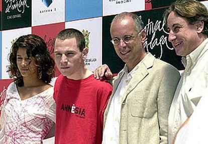 Gabriele Salvatores, con gafas, junto a los actores María Jurado, Rubén Ochandiano y Juanjo Puigcorbé, en Málaga.