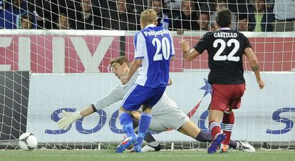Pohjanpalo bate a Raúl para marcar el tercer gol del Helsinki.