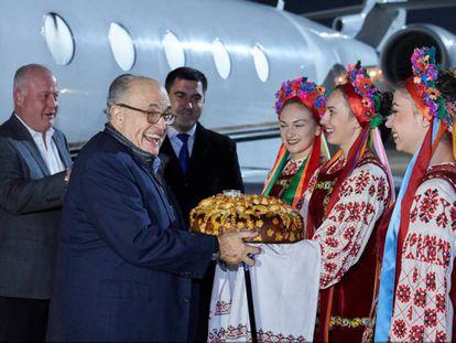 Rudolph Giuliani recibe la ofrenda del pan y la sal tras llegar a Jarkov (Ucrania) en noviembre de 2017, en una foto de la web del Ayuntamiento.