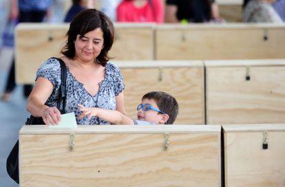 Una mujer y su hijo en un colegio electoral en Santiago.