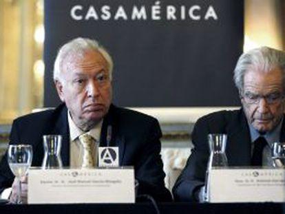 El ministro de Asuntos Exteriores, José Manuel García-Margallo (izquierda), con el jurista Antonio Garrigues, durante el acto de presentación este lunes de los Foros España.