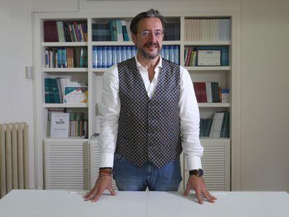 El médico Álvaro Rodríguez-Lescure, presidente de la Sociedad Española de Oncología Médica, antes de la entrevista.
