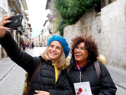María Teresa Quintero Ríos, Mariate, y Paloma Gutiérrez, dos de las responsables de desmentir bulos a trafvés de WhatsApp.
