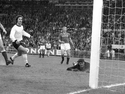 Müller marca uno de los goles en la final de la Eurocopa 1972 contra la URSS.
