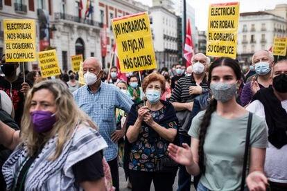 Varios ciudadanos durante una manifestación contra la subida de la luz en la Puerta del Sol en Madrid, este sábado.