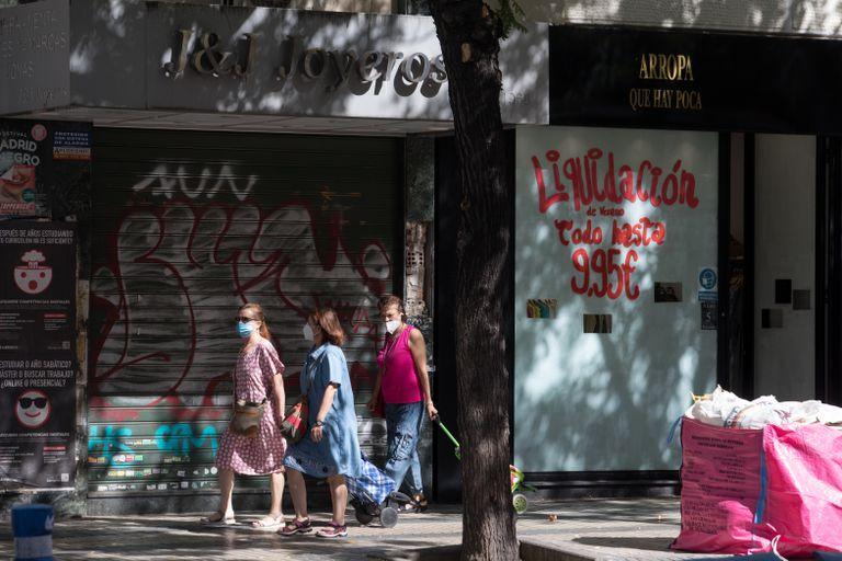 Dos locales comerciales en Madrid, uno cerrado y otro en liquidación, en agosto de 2020.
