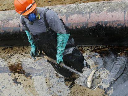 Trabajadores contratados por Petroperú en la limpieza del derrame de Monterrico del pasado 24 de septiembre.