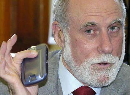 El premio Príncipe de Asturias de Investigación Científica y Técnica 2002 y uno de los creadores de Internet, durante la rueda de prensa que ha ofrecido con motivo de su estancia en Murcia.