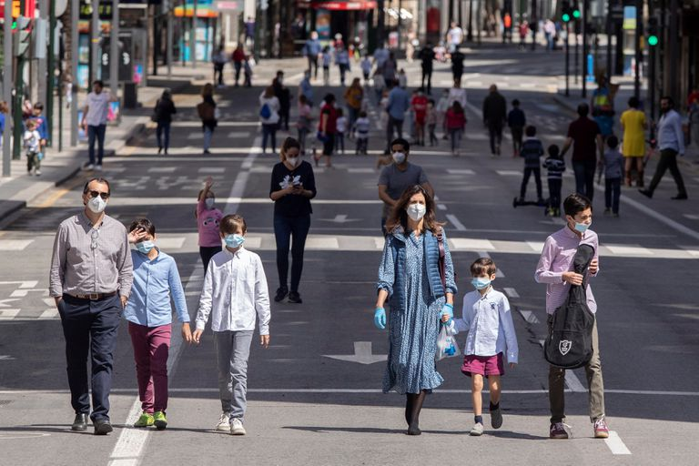 Dos adultos con sus hijos pasean por la Gran Vía de Murcia cortada al tráfico el pasado domingo.