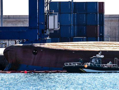 Trabajos de la Guardia Civil de búsqueda de las dos personas desparecidas al volcar un mercante en Castellón.