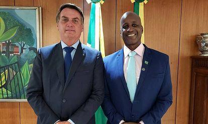 Camargo, director de la Fundación Palmares, junto al presidente Bolsonaro en una imagen que publicó en su cuenta de Twitter.