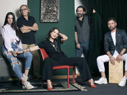 De izquierda a derecha, La Mala Rodríguez, David Trueba, Luz Casal, Javier Limón y Miguel Poveda, fotografiados en el estudio madrileño del productor.