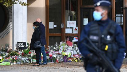 Escuela de Conflans-Sainte-Honorine, en la que enseñaba el profesor asesinado, este lunes.