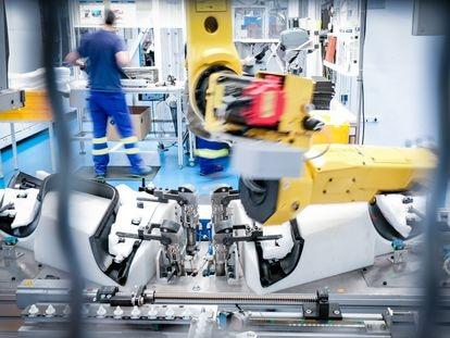 El negocio de automoción está girando hacia los servicios. En la imagen, cadena de producción de Antolin.