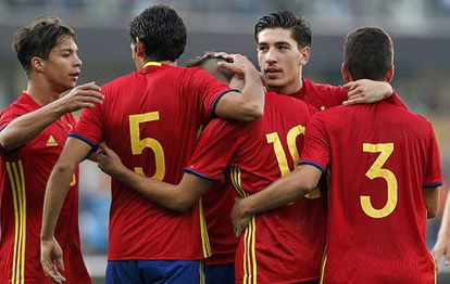 Los jugadores de España celebran el gol de Denis Suárez.