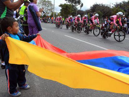 Un niño agita una bandera colombiana durante el prólogo.