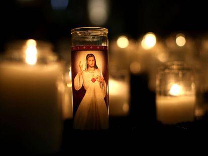 Una vela con la imagen de Jesús dentro de una iglesia católica de San Francisco, California.
