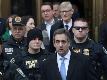 Michael Cohen sale de la corte en Nueva York tras conocer ayer su sentencia.