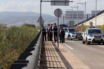 Agentes de los Mossos en el lugar donde se ha encontrado un cuerpo, al parecer del hombre que mató a su hijo en un hotel de Barcelona el pasado agosto.