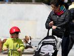 27/04/20. (DVD 999). Policias patrullan entre niños y niñas en las calles de Madrid el segundo dia que pueden salir durante la pandemia de coronavirus.