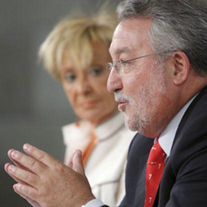 El ministro de Sanidad y la vicepresidenta del Gobierno, en la rueda de prensa posterior al Consejo de Ministros.