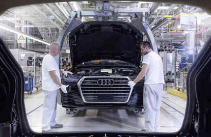 Empleados de Audi ensamblando un Audi Q7 en la planta de Brastislava