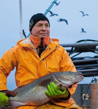 Trond Dalgard, de 51 años, con un bacalao skrei recién capturado en aguas del Ártico por las inmediaciones de las islas Lofoten, al norte de Noruega