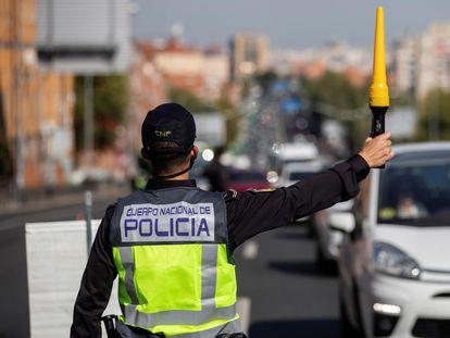 Agentes de la Policía Nacional en un control  para vigilar el cumplimiento de las restricciones a la movilidad impuestas por el estado de alarma decretado por el Gobierno, en octubre de 2020.