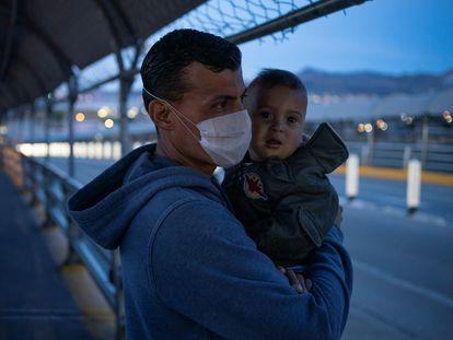 Un migrante hondureño cruza el puente fronterizo en Ciudad Juárez para reprogramar su cita ante una corte de inmigración en medio de la pandemia.