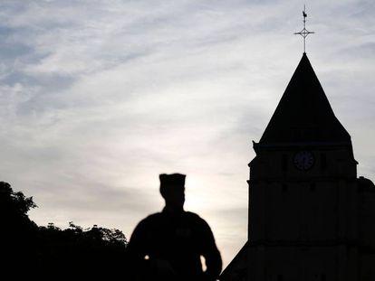 Un policía francés en el exterior de la iglesia Saint-Etienne donde se produje el ataque, el 27 de julio de 2016.