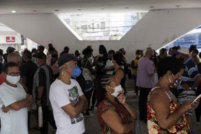 Vecinos de Río de Janeiro esperan a recibir la vacuna contra la covid el pasado miércoles.