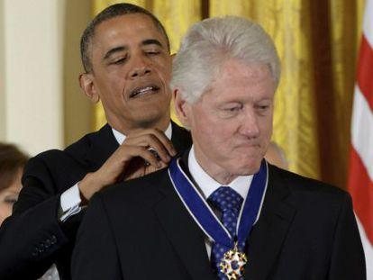 Barack Obama impone la medalla de la LIbertad al expresidente, Bill Clinton.
