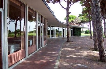 Fachada acristalada del edificio de Coderch para el club de golf de El Prat, antes de su cierre en el 2000.