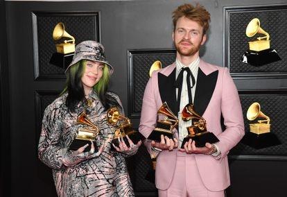La cantante junto a su hermano y productor, Finneas, en marzo de 2021 en la ceremonia de los Grammy en Los Ángeles.