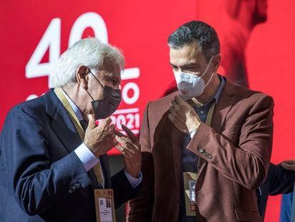 Pedro Sánchez y Felipe González tras intervenir en el 40 Congreso Federal del PSOE.