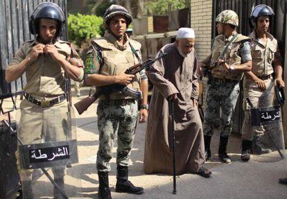 Soldados a la entrada de un colegio electoral en Al-Sharqya, a unos 60 kilómetros de El Cairo.