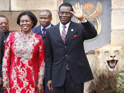 El presidente de Guinea Ecuatorial, Teodoro Obiang, y su mujer Constancia Mangue, en un viaje a Sudáfrica en 2009.