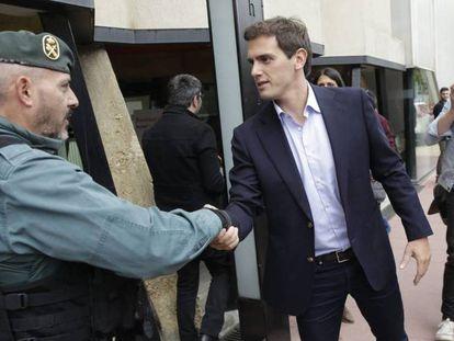 Albert Rivera saluda a un guardia civil tras el mitin que ha ofrecido este sábado en Estella (Navarra). En vídeo, declaraciones de Albert Rivera.